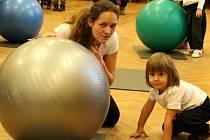 Několik generací cvičenců zaplnilo v sobotu sál kulturního domu v Louce u Litvínova. Stalo se u příležitosti 40. výročí založení oddílu Cvičení s dětmi při TJ Baník Louka.