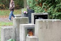 Mladík prochází mosteckým hřbitovem, který se připravuje na blízké Dušičky.