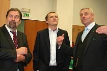 Radek John, Vít Bárta a starosta Litvínova Milan Šťovíček (všichni VV).