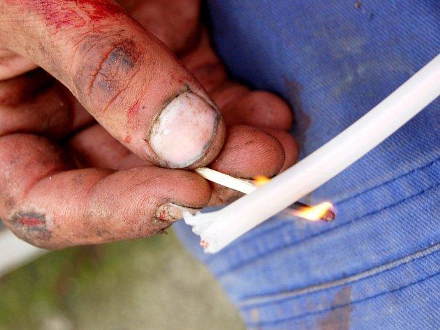 Nezaměstnaný zjizvený mladík vypaluje v Mostě izolaci drátu, aby měď mohl prodat.