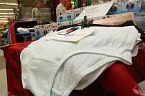 Zloději v obchodě ukradli desítky kalhotek.