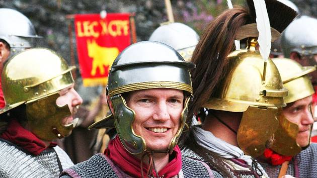 V sobotu ve 12 hodin a v 16 hodin uvidíte ukázky bojů římské legie. Největší bitva s Kelty bude v 18 hodin a potrvá půl hodiny. Pak přijde druid a zapálí očistný oheň.