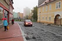 Do Mostecké ulice se vrátila auta.