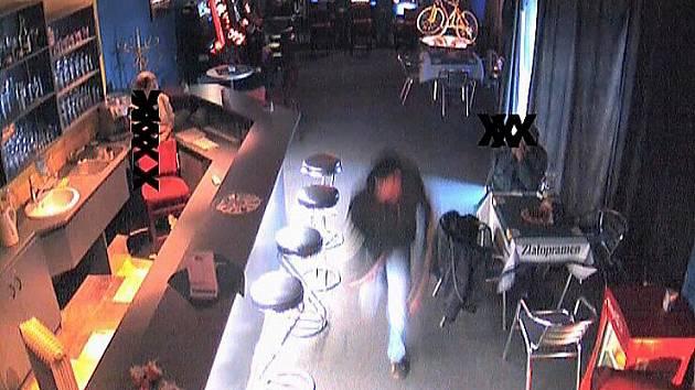 Brutální útok lupiče v mosteckém baru.