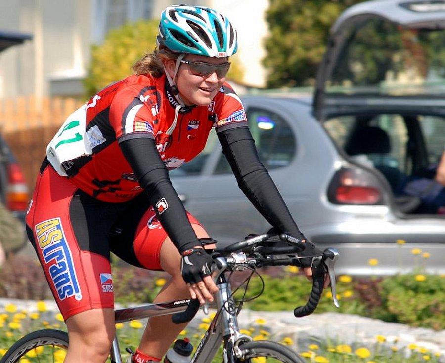 Eliška Čerňanská na kole. V cyklistickém dresu hájí barvy Lanutti Most.