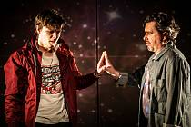 Nejbližší cestu si k autistickému Christopherovi (Ondřej Dvořák, vlevo) našel jeho otec Ed (Jakub Dostál).