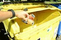 Prázdné hliníkové plechovky lze vMostě třídit a nově odkládat do žlutých kontejnerů na plasty