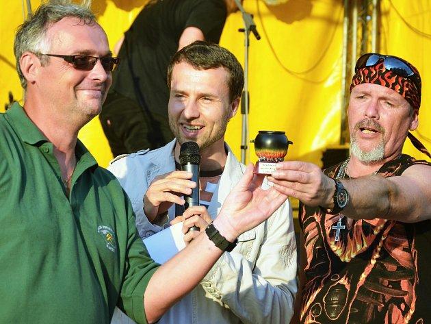 Zbyněk Jakš (vlevo) přebírá za tým havířů cenu za nejlepší kančí guláš. Oslava svátku svatého Prokopa na 1. náměstí v Mostě.