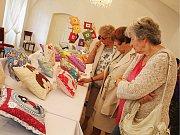 Výstava polštářků během Svatomichaelských slavností.