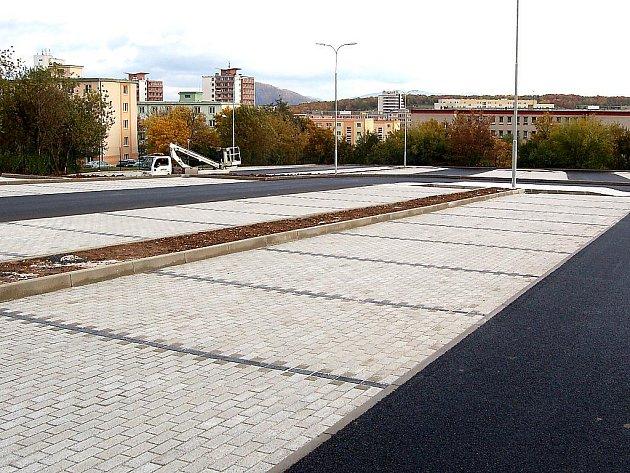 Parkoviště pod hřbitovem pro tři stovky aut.