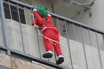 Šplhání po domech je nebezpečné, ukázal případ z Mostu. Před Vánoci si lze občas splést člověka na balkónu s figurínou Santa Clause.