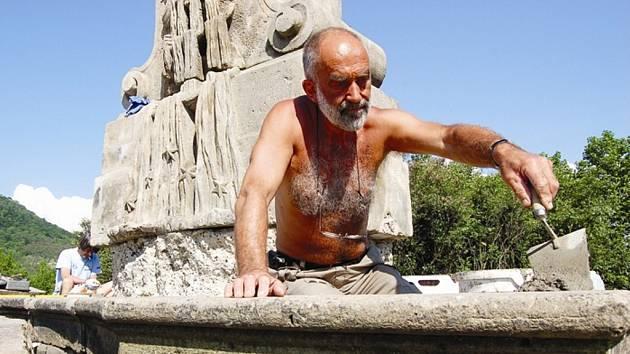 ZAČALI. Sochař Michael Bílek spojuje jednotlivé díly přemístěného historického objektu, kterému bude dominovat barokní socha světce Jana Nepomuckého. Sochy se objeví na místě až později. Práce hradí mostecká radnice.
