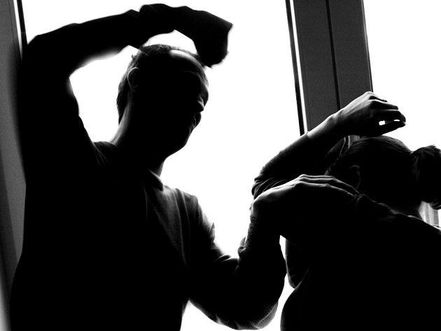 Zločinci pronikají do bytů, kde neváhají použít násilí.
