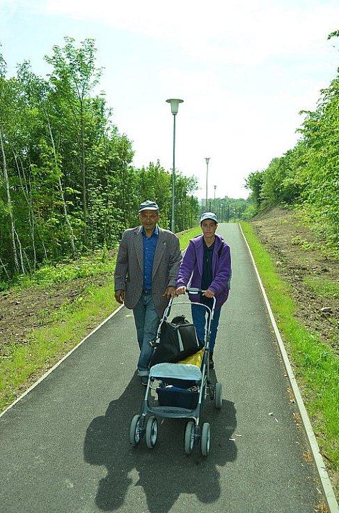 Lidé a nový chodník Most-Chánov.