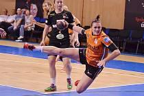 Iveta Matoušková pálí na branku Minsku. Ten Mostečanky vyřadily a teď je čeká v evropském poháru EHF silný Metzingen.