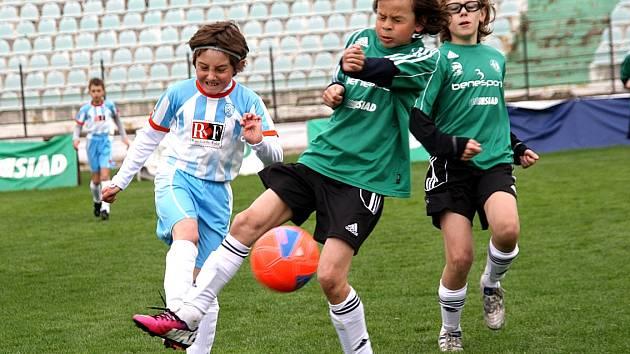 Derby mladých fotbalistů.