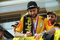 Robin Hanzl podepisuje tričko při improvizované autogramiádě, která se spustila.