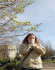 Alergička Marie Šeflová musí při procházce přírodou používat kapesník.