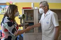 Náměstkyně primátora Markéta Stará minulý týden primáři očního oddělení mostecké nemocnice Radomíru Machovi předala přístroj na vyšetřování zraku malých dětí.