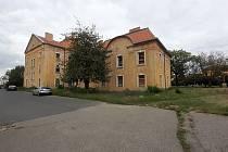 Z této budovy v areálu bývalých kasáren v Mostě má být charitní dům pro seniory.