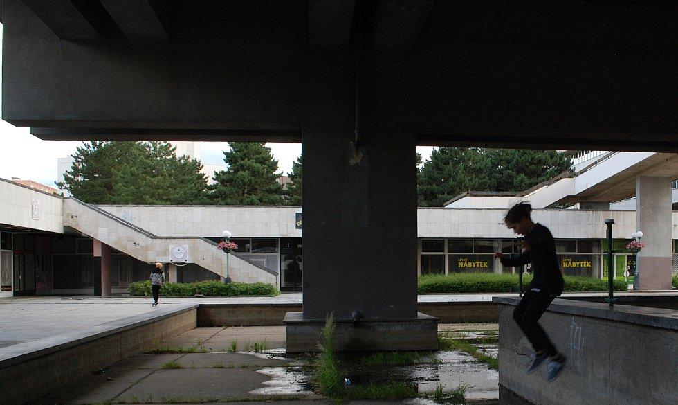 Dospělými opuštěné Repre teď využívá mládež. U chátrajícího chrámu kultury  jezdí na koloběžkách, skateboardech, klábosí a řeší své problémy, kterým starší generace nerozumí.