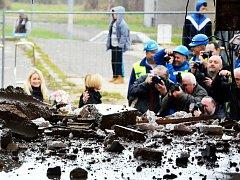 Bourání prvního ze dvou poškozených paneláků v Chánově, čtvrtek 24. listopadu. Novináři si fotí ministryni Karlu Šlechtovou u prvních trosek.