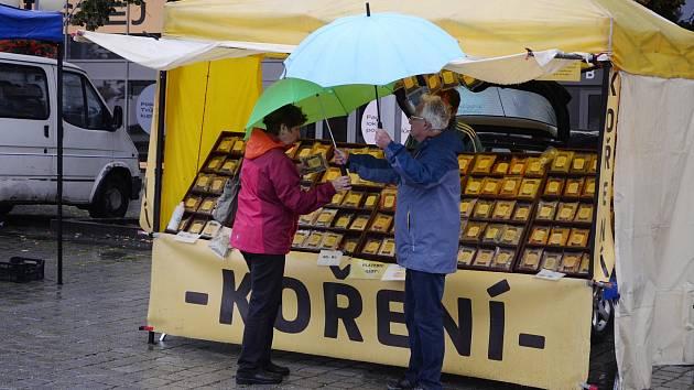 Ovoce, zelenina, med, koření, pečivo, víno, uzeniny a oceněné regionální potraviny. To vše nabídl v sobotu 26. září ráno na 1. náměstí v Mostě v pořadí třetí farmářská trh.