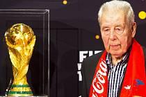 Slavný fotbalista Josef Masopust, rodák města Mostu, obdržel Cenu města Mostu za rok 2000. Snímek ho zachycuje při letošním představení trofeje pro vítěze MS ve fotbale.