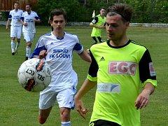Litvínov (ve žlutém) v derby proti Lounům.
