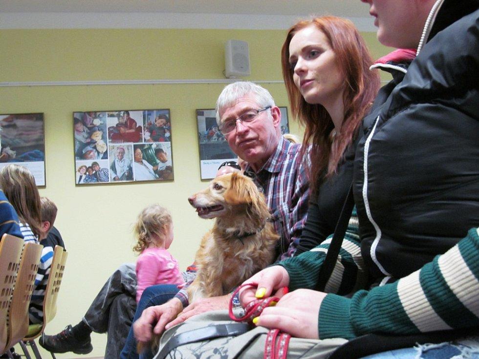 Mezi návštěvníky byli i psi.