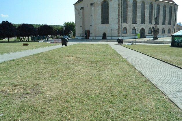 Areál kostela vMostě kolem 13.hodiny.