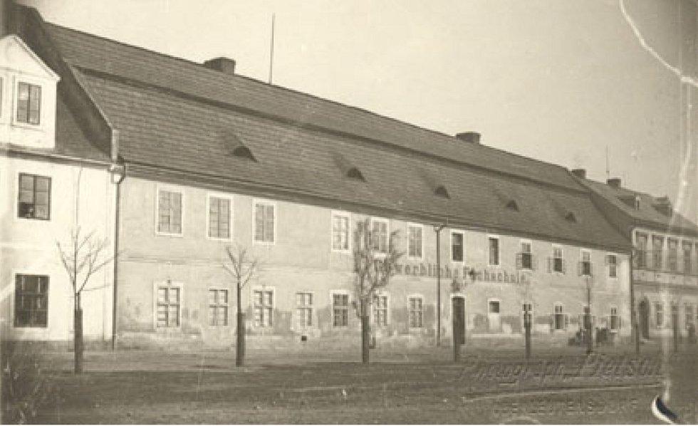 Budova bývalé litvínovské textilky, kde teď stojí radnice.