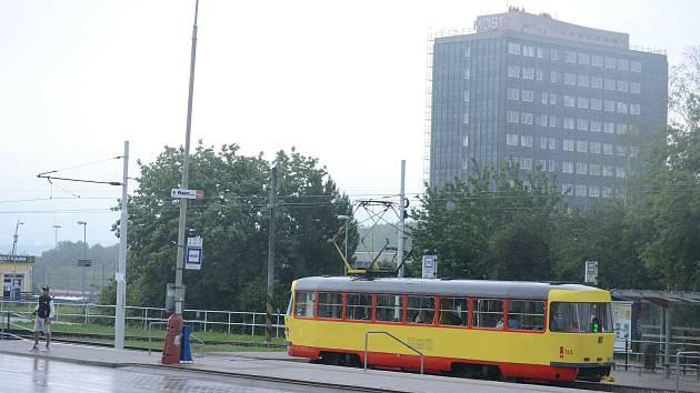 Konečná tramvají u nádraží. Sem mají jezdit tramvaje od Kahanu. Radnice si na to nechá udělat technickou studii proveditelnosti.