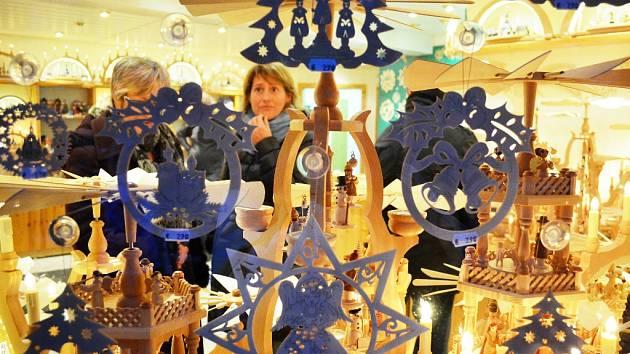 Obchod s dřevěnými symboly Vánoce v německém Seifenu.