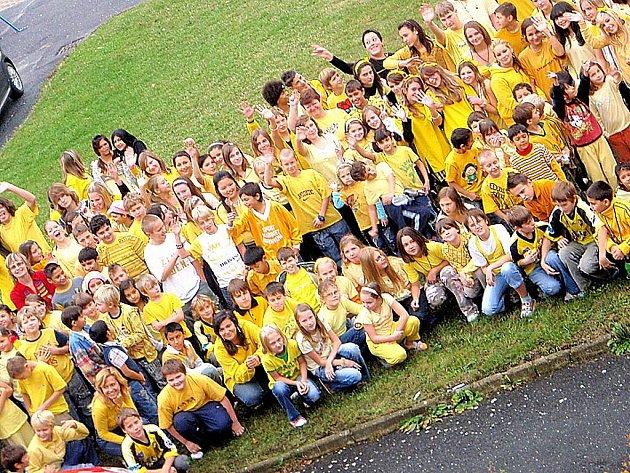 Školáci a učitelé přišli ve žlutém.