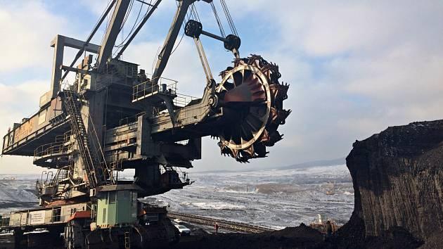 Z dolů na severu Čech by mohl vzniknout systém průtočných jezer a vodních elektráren. Na snímku uhelné rypadlo KU300 v lokalitě ČSA.