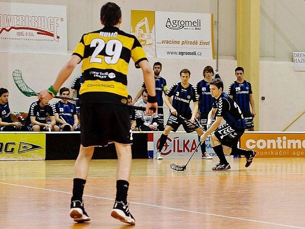 Bivojové (v pruhovaných dresech) prohrávají v semifinálové sérii play off s Brnem 0:2.