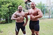 Dva mostečtí siláci zleva Pavel Girga a Petr Pastýřík zářili na mistrovství ČR v benchpressu. Girga si domů přivezl bronz, Pastýřík se stal absolutním vítězem.