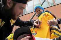 O autogram Pavla Francouze byl velký zájem. Gólman drží v ruce dárky od handicapovaného chlapce.