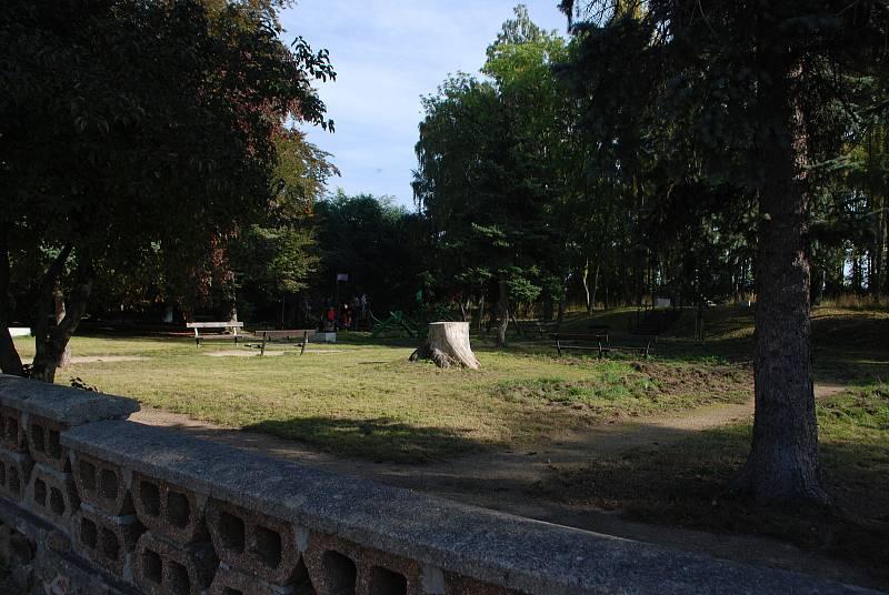 Litvínovský Chudeřín, park. Tady byl kdysi statek, pak škola.