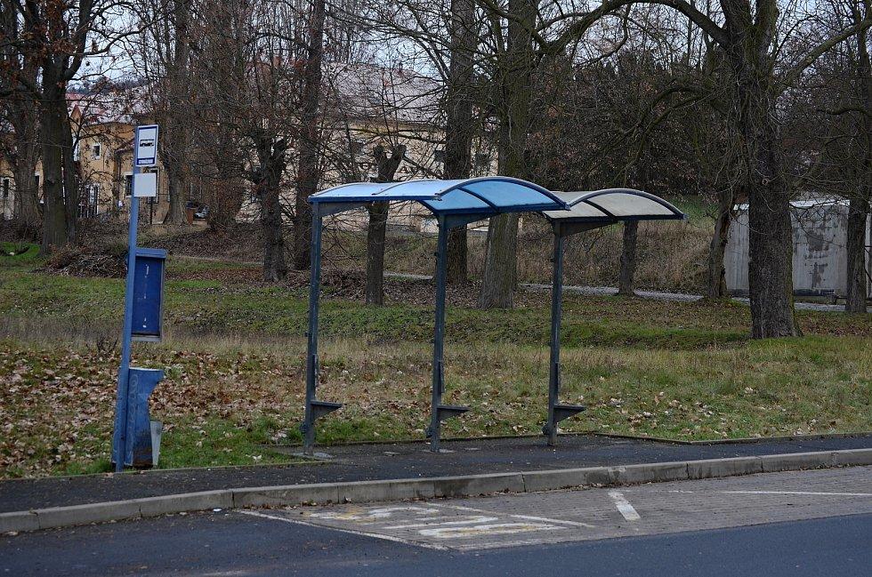 Zastávka bez lavičky a stěn u gymnázia v Mostě.