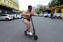 Vlastimil Pospíšil prohrál sázku a musel bez šatů projekt ulicemi Osady