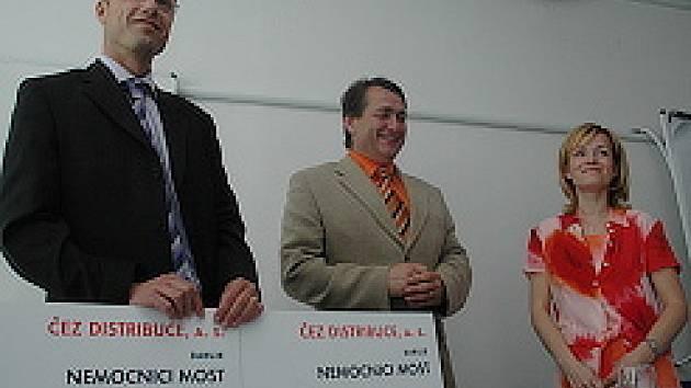 Ředitel nemocnice Vladimír Müller (vlevo), hejtman Ústeckého kraje Jiří Šulc a zástupkyně firmy ČEZ Petra Holomková.