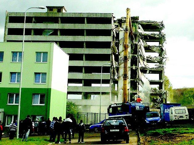 Bourání panelového domu v Chánově.