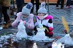 Stavění sněhuláků v Mostě.