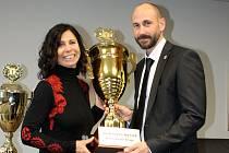Triatlonistka a vytrvalkyně litvínovského klubu Krušnoman Alena Vrátná přebírá ocenění za nejlepšího sportovce měsíce ledna.