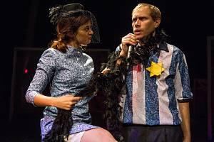 Městské divadlo v Mostě uvede v pátek 18. října činoherní premiéru Faulovaný útočník (Juller) o slavném německém fotbalistovi židovského původu, který zemřel v Osvětimi.