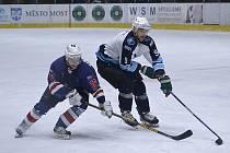 Mosteckým hokejistům (v bílém) začíná nová sezona.