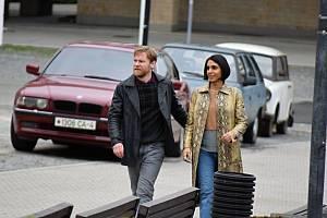 Na snímku herec Lukas Loughran a herečka Anjli Mohindra. Natáčení britského seriálu Extinction v Mostě skončilo o víkendu.