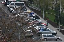 Parkoviště v České ulici v Mostě. Jen bylo dostavěno, hned bylo plné.